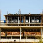 Indústria da construção perde 93,6 mil trabalhadores e 564 empresas em 2017