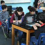 Crianças em idade escolar na China trabalham durante a noite para produzir dispositivos Alexa da Amazon